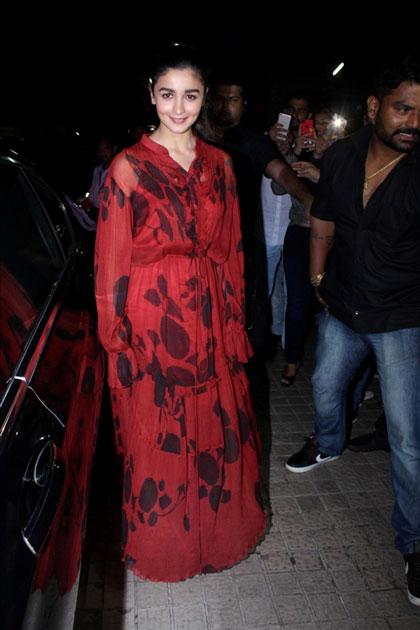 'जुड़वा 2' की स्पेशल स्क्रीनिंग में कई बॉलीवुड सेलेब्स शामिल हुए. यहां एक्ट्रेस आलिया भट्ट भी पहुंची. बता दें, हाल ही में आलिया ने अपनी फिल्म 'राजी' की कश्मीर में शूटिंग पूरी की है.